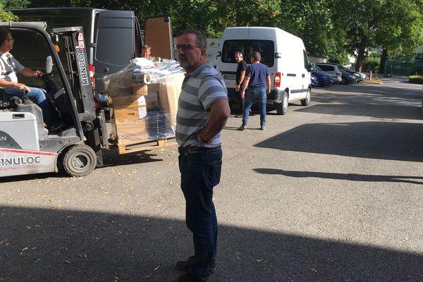 Yves Couvreur, président des vignerons indépendants, déménage les bouteilles et les documents administratifs avec ses collègues vignerons.