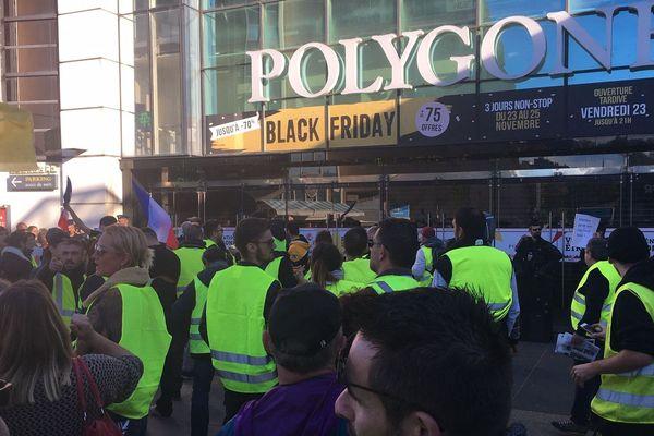 Après le Black friday, le samedi noir pour les commerçants du centre commercial Polygone à Montpellier ont baissé leurs rideaux samedi après-midi à l'arrivée des gilets jaunes.