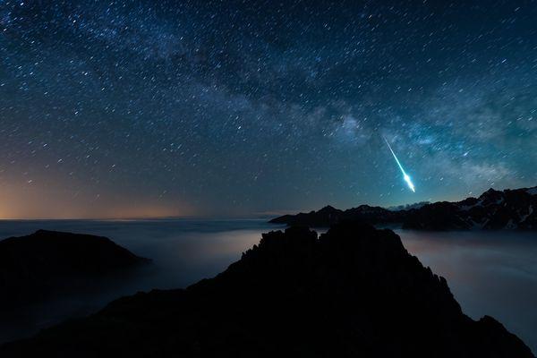météorite dans le ciel étoilé des Pyrénées