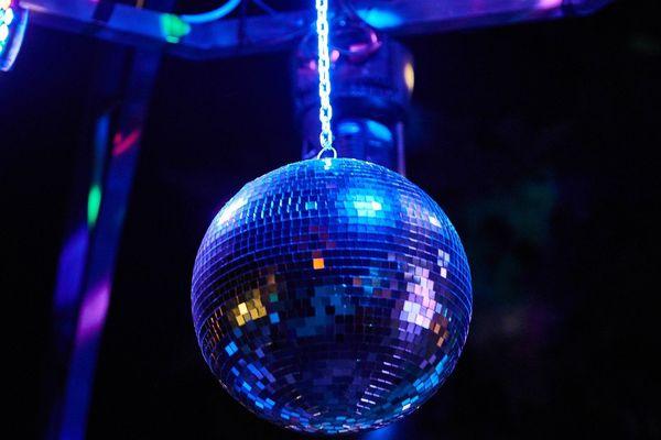 Les patrons de discothèques sont en colère. Leurs établissements restent fermés alors que d'autres secteurs reprennent.