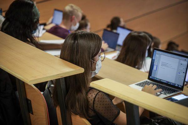 En dehors des travaux pratiques qui sont maintenus en présentiel, les autres cours ont lieu uniquement à distance - Photo d'illustration