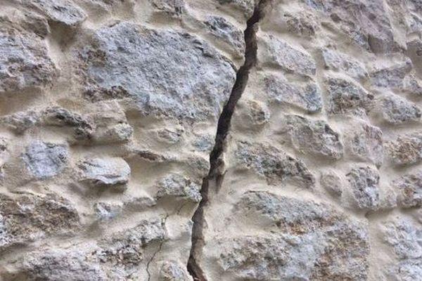 Des fissures à cause de la sécheresse. Illustration.