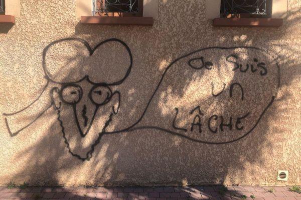 """L'un des tags peints sur les murs de la grande mosquée de Tarbes rappelle les """"caricatures de Mahomet"""" publiées par """"Charlie-Hebdo""""."""