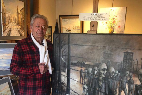 """Le peintre Michel Girard devant sa toile """"Auschwitz"""" dans son atelier de Courseulles-sur-Mer"""