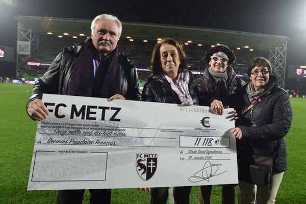 remise du chèque par le FC Metz au secours populaire.