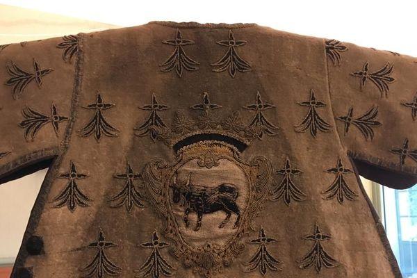 Le tabard retrouvé à Carhaix, une sorte de surcot que l'on revêt au-dessus de l'armure à l'époque médiévale