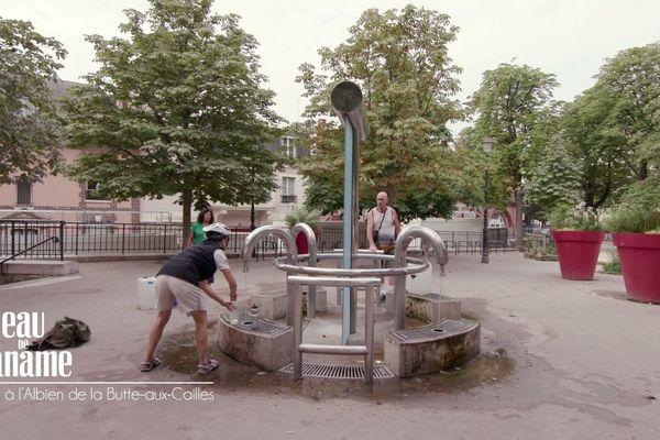 Le puits de la Butte-aux-Cailles a été le premier rénové et équipé d'une toute nouvelle fontaine, plus moderne et tubulaire, qui trône désormais au milieu de la place Paul Verlaine.
