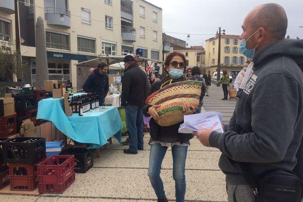 Le collectif d'entreprises auvergnates en péril est allé sur la place du marché d'Issoire pour distribuer des tracts samedi 7 novembre. Pendant ce deuxième confinement, la baisse d'activité est très préoccupante.