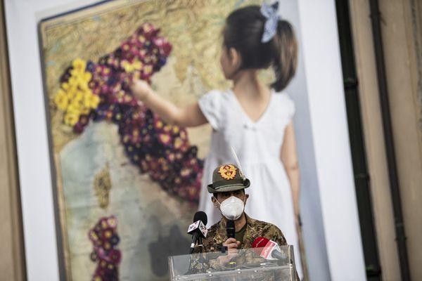 Le commissaire italien à la vaccination, le général Francesco Paolo Figliuolo, donnant un discours pour l'inauguration d'un nouveau centre de vaccination à Turin le 14 avril 2021.