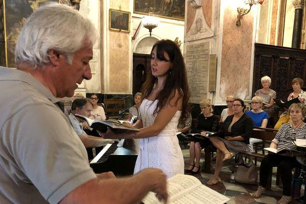 """Répétition générale de la """"Petite messe solennelle"""" de Rossini, Cathédrale Sainte-Marie à Bastia, dirigée par le chef d'orchestre Michel Piquemal."""