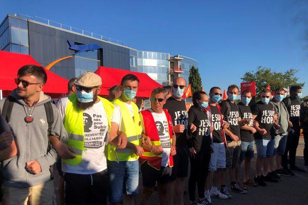 Manifestation des salariés de Hop devant le siège social à Bouguenais près de Nantes, le 30 juillet 2020