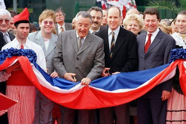 La salle est inaugurée en grande pompe le 4 avril 2001.