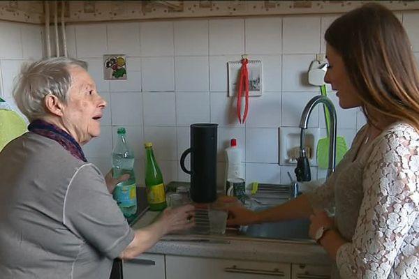 Charlotte, jeune étudiante, s'installe chez Anne-Marie, 76 ans.