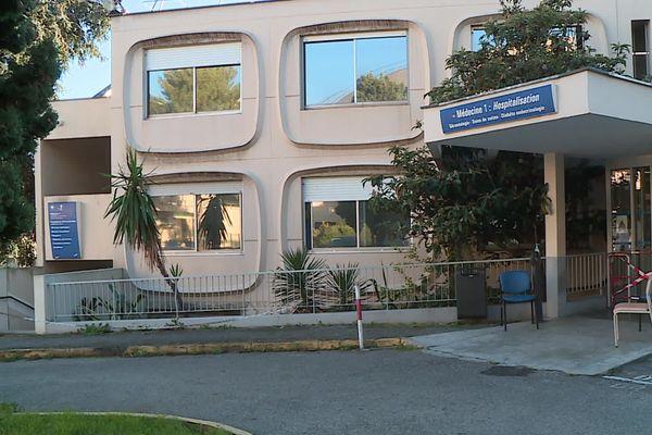 """Le pavillon """"M1"""" accueillant les services de gérontologie de l'hôpital d'Antibes, où 26 personnes ont été testées positives à la Covid-19."""
