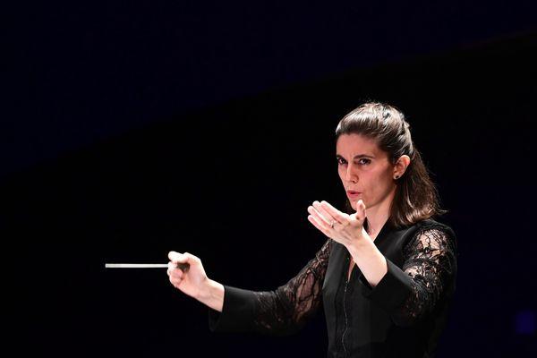 """La lyonnaise Chloé Dufresne, une des 3 """"mentions spéciales"""" au 57e concours international de jeunes chefs d'orchestre de Besançon"""