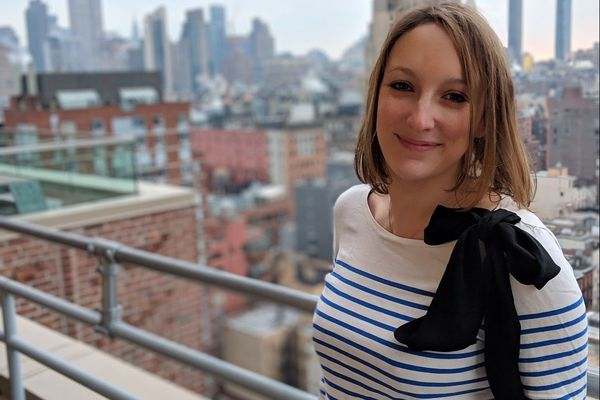 Hélène travaille pour un géant du web, après des études en informatique auxquelles elle ne se prédestinait pas