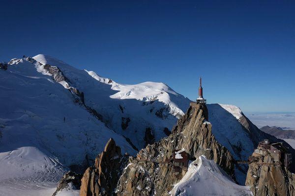 L'Aiguille du Midi, surplombée par le mont Blanc, le dôme du Gouter et l'arrête du Gouter.