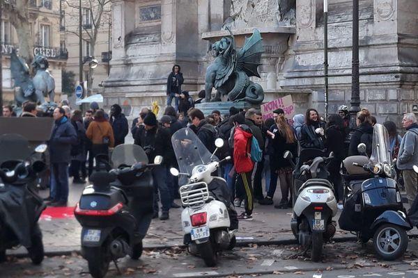 Des lycéens manifestent devant la Fontaine Saint-Michel à Paris (6e), ce mardi 11 décembre.