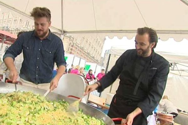Le nordiste Florent Ladeyn et Cyril Lignac participent à la préparation de cet étrange repas.