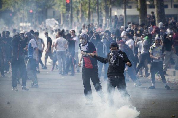 Des manifestants pro-palestiniens lors de heurts avec la police, à Paris, le 26 juillet 2014.