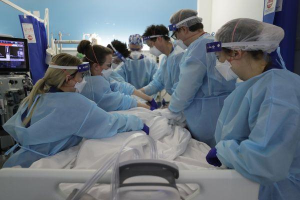 Des soignants retournent un patient atteint par la covid-19 dans un service de réanimation