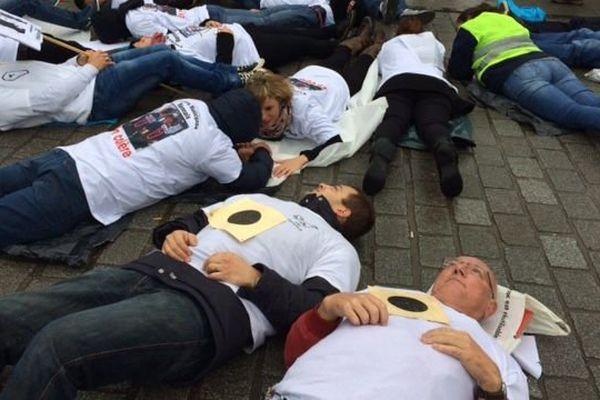 Les policiers municipaux allongés devant l'hôtel de ville de Rennes