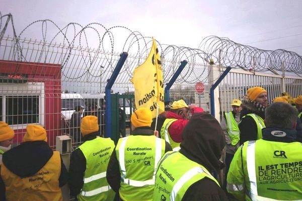Une centaine d'agriculteurs a manifesté ce mercredi matin dans la zone portuaire de Dunkerque.