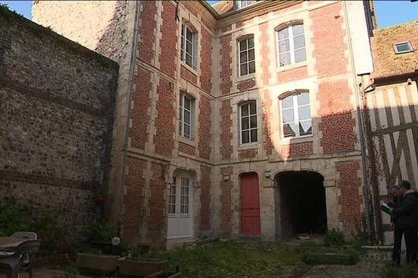 Dans le centre-ville de Honfleur, cet immeuble du XVIIe siècle, menace de s'effondrer.