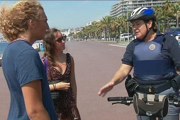 La policière Lea Filippi aide les touristes étrangers.