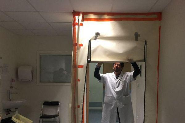 Cette chambre des Urgences du CHU d'Amiens est aménagée pour recevoir des cas suspects de Coronavirus.