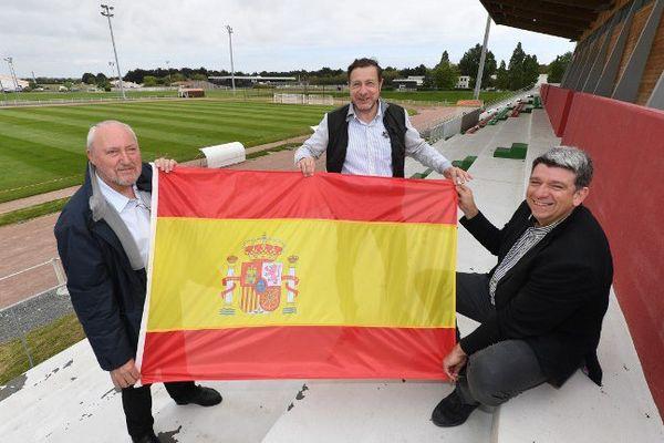 Le maire de Saint-Martin-de-Ré Patrice Déchelette, le président du football club de Saint-Martin Michel Defontaine et le président de la communauté de communes de l'île Lionel Quillet (de gauche à droite).