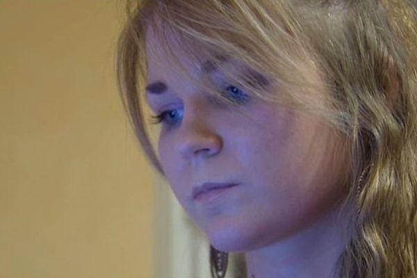 """Sarah s'estime victime des graves effets secondaires du  """"Gardasil"""", le vaccin contre le cancer du col de l'utérus."""