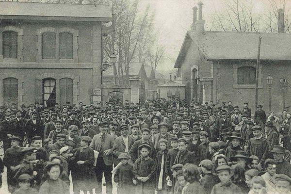 La sortie des ouvriers des ateliers du Toulon au début du XXème siècle.