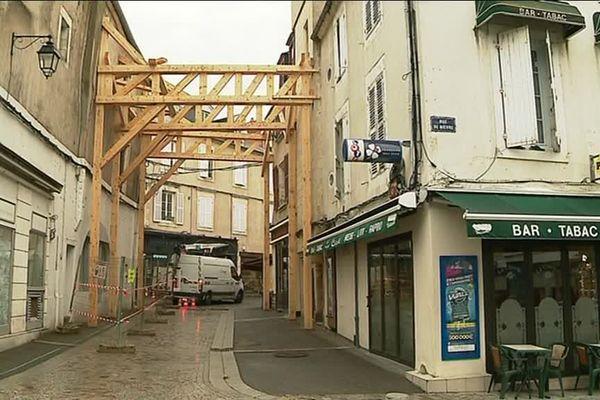 A Nevers, l'immeuble du 74 rue de Nièvre est étayé.
