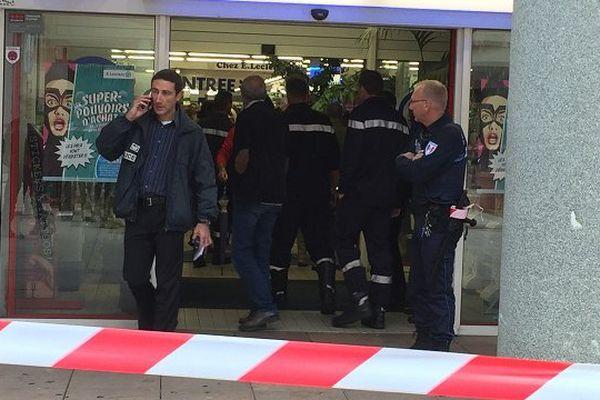 Le secteur du supermarché a été sécurité et les forces de l'ordre sont sur place.