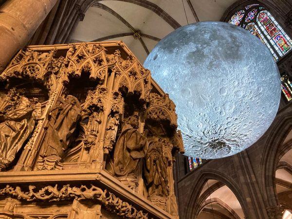 Le public peut admirer la Lune en trois dimensions.