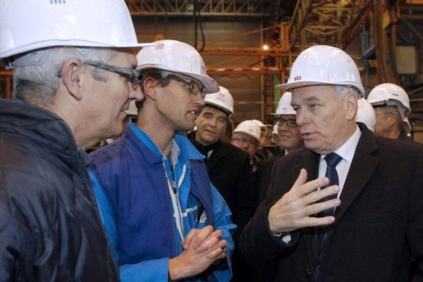 Le premier ministre jean-Marc Ayrault discute avec des ouvriers du chantier naval STX à Saint-nazaire