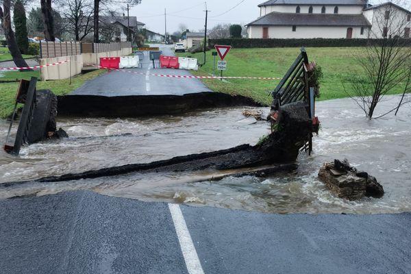 Le pont s'est effondré à 5 heures ce mardi matin et un autre menace. Une seule route permet désormais de rejoindre le village de Gouts.
