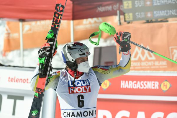 Henrik Kristoffersen célèbre sa victoire après la seconde manche du slalom de Chamonix, dimanche 31 janvier 2021.