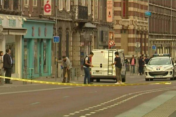Le 16 mai 2017, la police devant le restaurant de la victime rue Alsace-Lorraine à Rouen