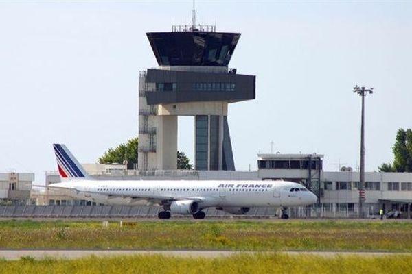 Aéroport de Montpellier-Méditerranée - tour de contrôle et avion Air France - archives