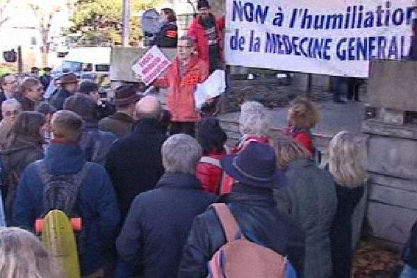 150 généralistes de la région ont manifesté devant l'ARS à Lyon.