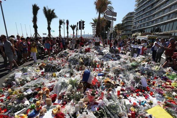 Des fleurs déposées en hommage aux victimes trois jours après l'attentat du 14 juillet 2016.