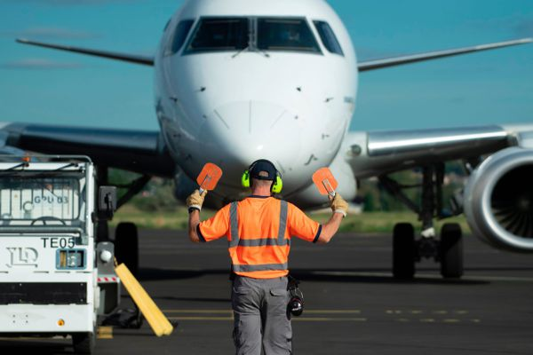 Un avion prépare son envol sur un tarmac d'aéroport - Photo d'illustration
