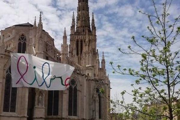 La banderole avait été découverte le dimanche 12 avril sur la cathédrale.