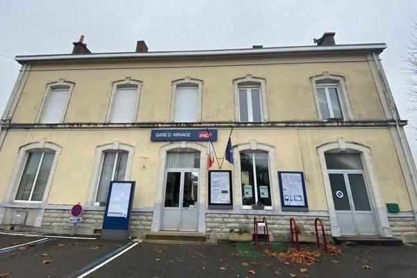Le guichet de la gare d'Arnage n'est plus que de l'histoire ancienne. Les voyageurs devront désormais réserver leur place au bureau tabac du village.