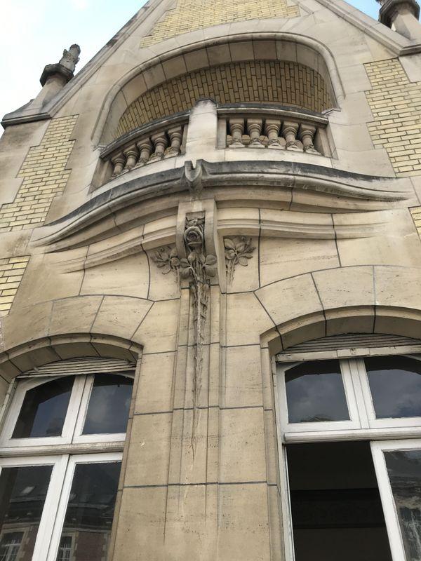 La façade sur rue à l'est avec les belles courbes dessinées par les pierres.