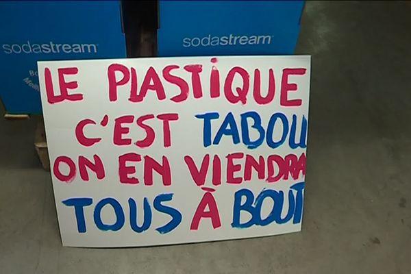 Pancarte préparée par les salariés de Sodastream