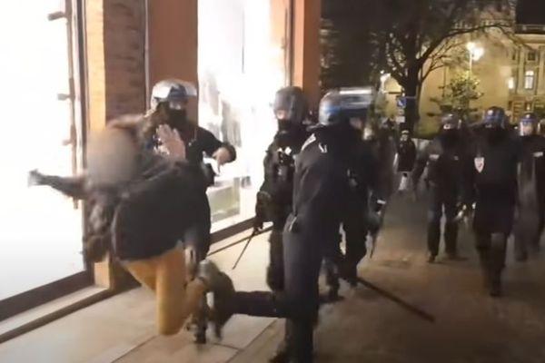 """Sur la vidéo on voit un policier faire """"gratuitement"""" un croche pied à une jeune femme lors d'une manifestation de Gilets Jaunes à Toulouse"""