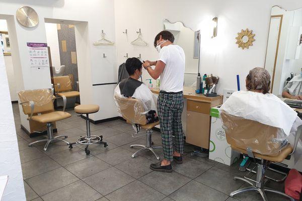 A Clermont-Ferrand comme dans le reste de la France, des coiffeurs collectent les cheveux coupés.